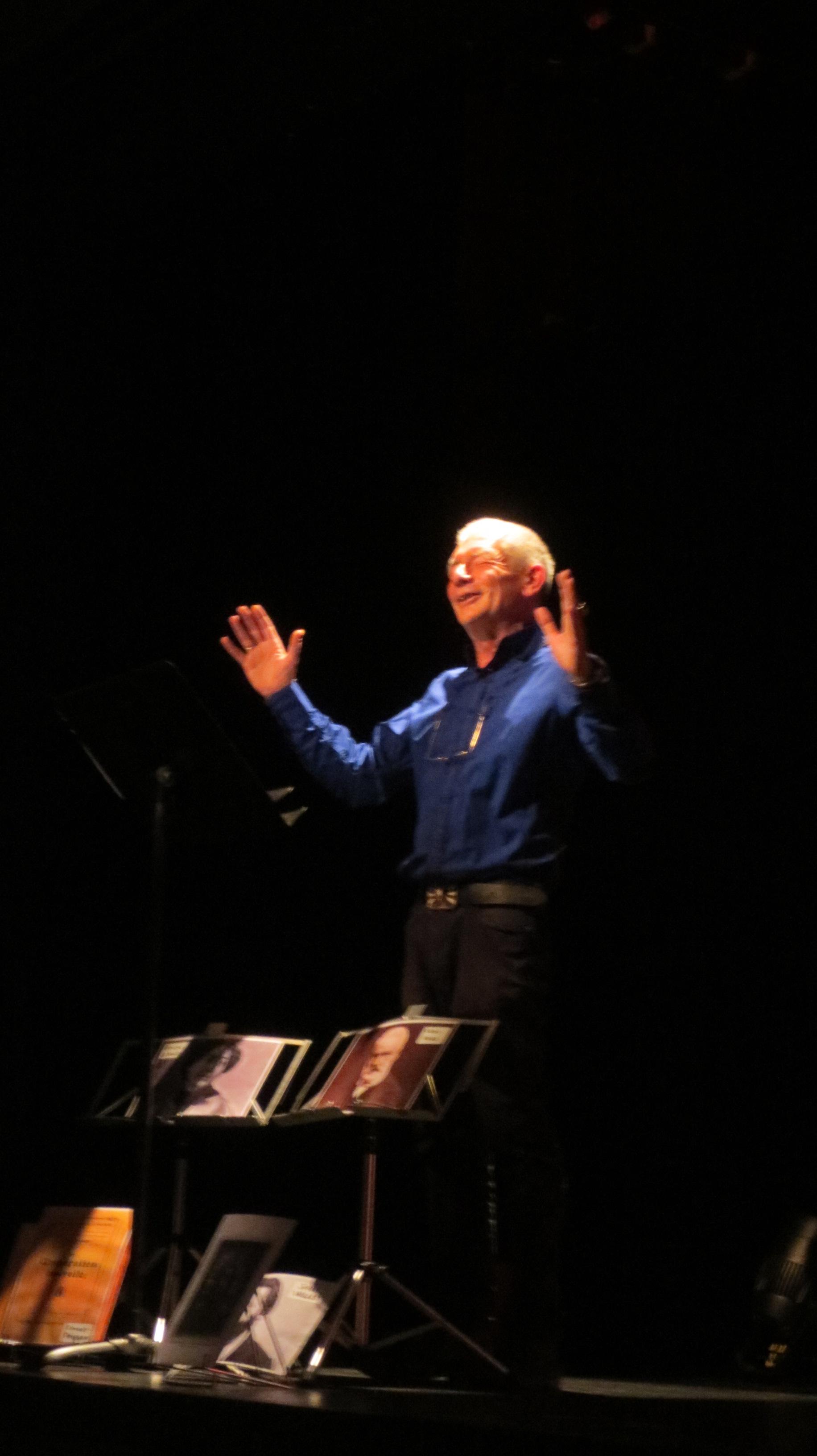 Hervé Herpe interprète des textes sur la coopération